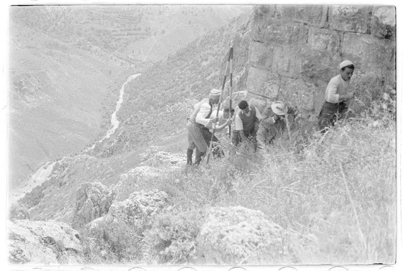 Personnages à l'extérieur du château et vallée du Litani