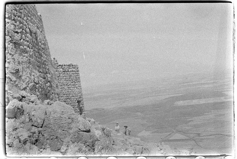 Vue de l'enceinte extérieure et de la plaine de l'Oronte