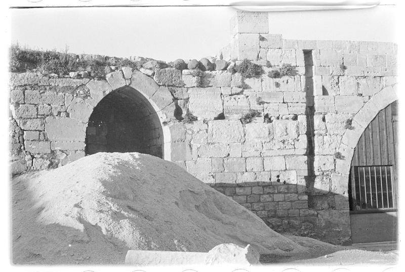 Vue générale, après dégagement et restauration de la courtine, de l'inscription de Nicolas Lorgne (parement interne de l'enceinte extérieure, front nord)