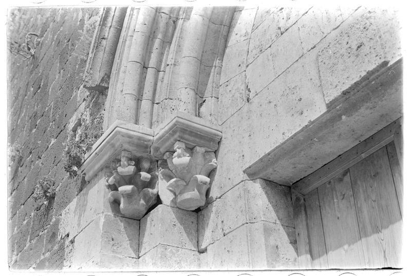 Détail du portail d'entrée de la chapelle