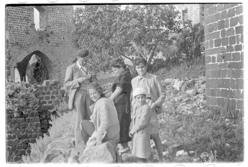 Personnages devant la tour-porte