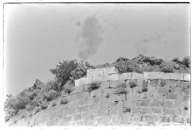 Détail de la grande tour ouest de l'enceinte urbaine; bandeau épigraphique