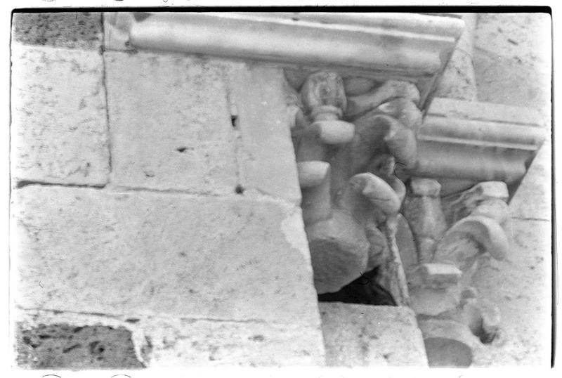 Détail des chapiteaux du portail de la chapelle
