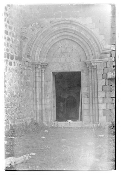 Vue extérieure de la porte latérale sud de la chapelle