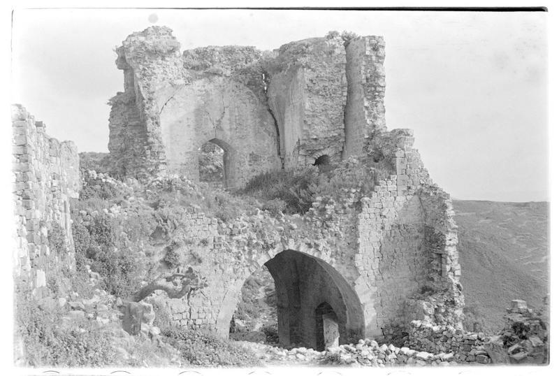 Vue de la tour-porte depuis l'intérieur du château