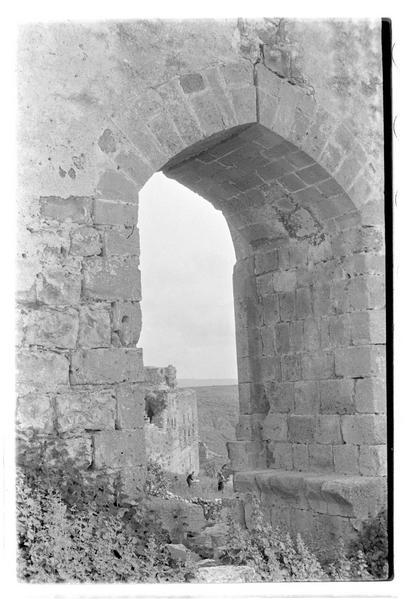 Fenêtre de la tour-porte vue de l'intérieur