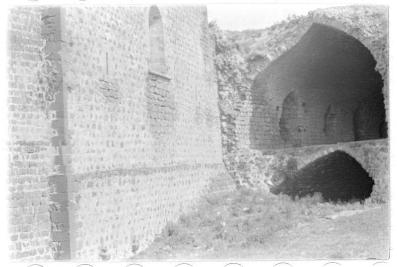 Vue du chevet de la chapelle à l'intérieur du château (front nord-est)