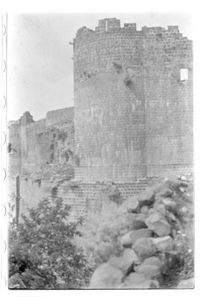 Vue du château prise depuis l'enceinte urbaine