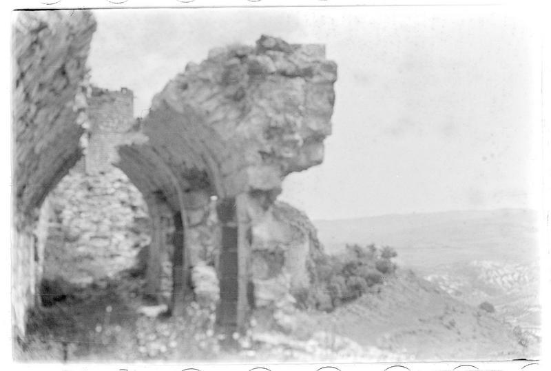 Gaine éventrée de l'enceinte du château