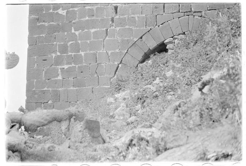 Détail d'une entrée obstruée de l'une des tours de l'enceinte