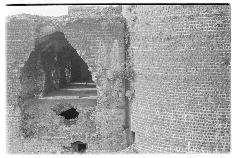 Vue extérieure de l'ouvrage jouxtant la tour maîtresse