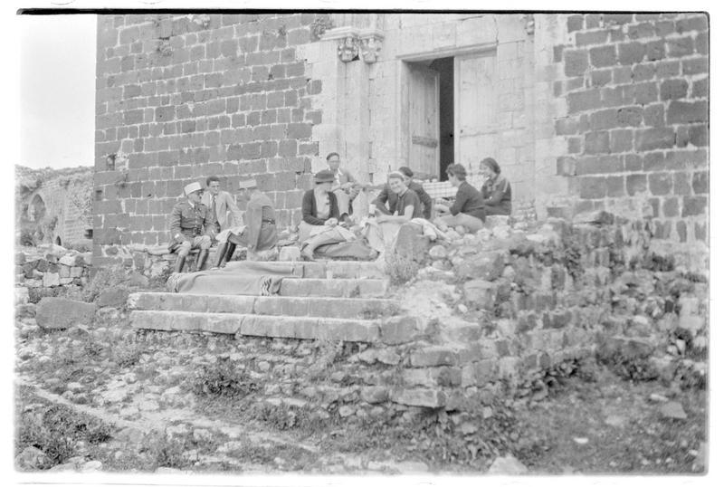 Personnages pique-niquant devant la chapelle