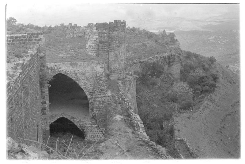 Vue de l'intérieur du château et de l'enceinte urbaine