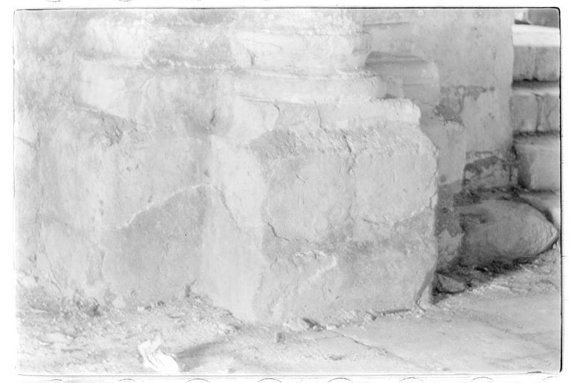 Détail de la base d'un pilier de la chapelle