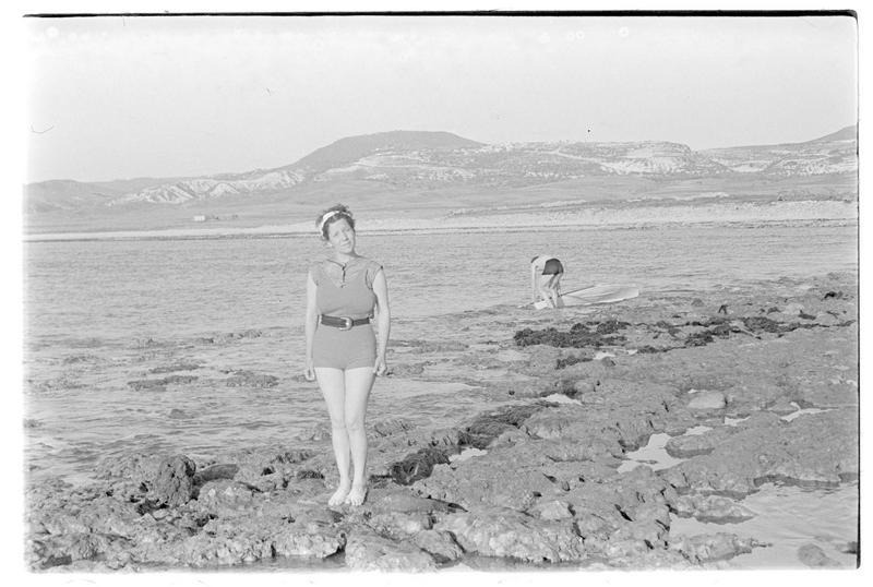Jeune femme debout sur les vestiges de Maraclée