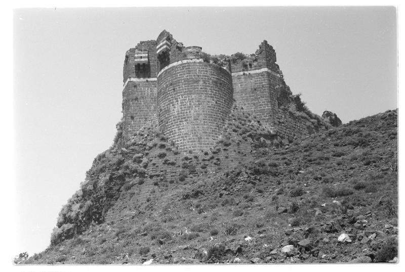 Vue extérieure en contre-plongée de la tour éperon