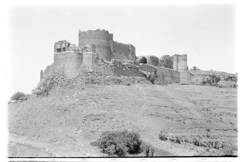 Vue extérieure de la tour éperon avec le berquil au premier plan