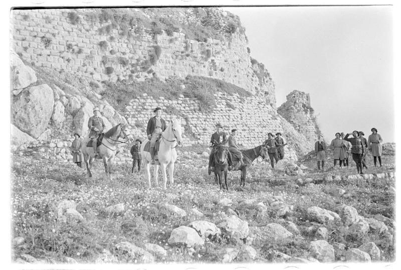 Personnages au pied du château