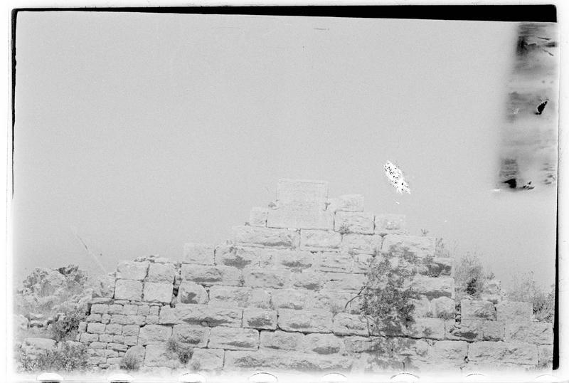 Vue de la partie supérieure d'un ouvrage du front ouest, avec inscription arabe