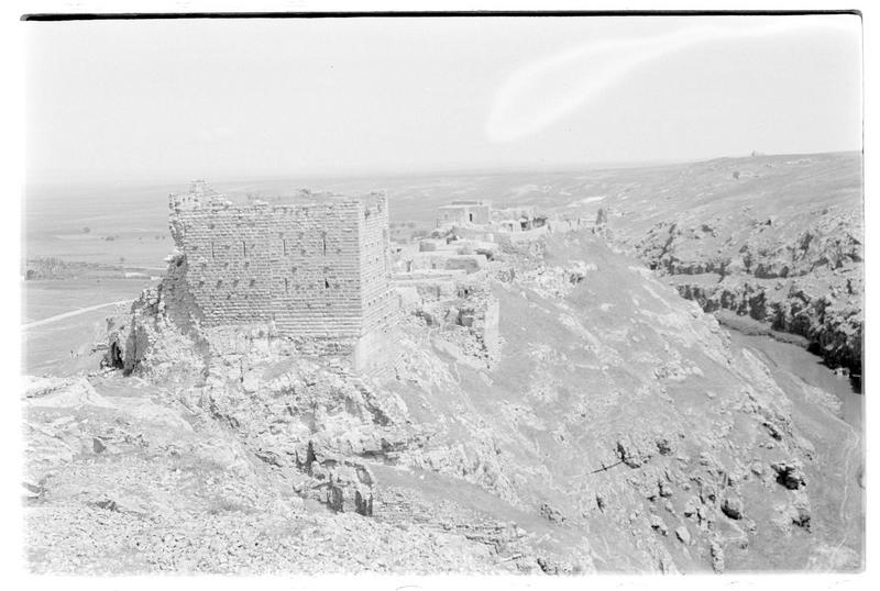 Vue d'ensemble du château et du village