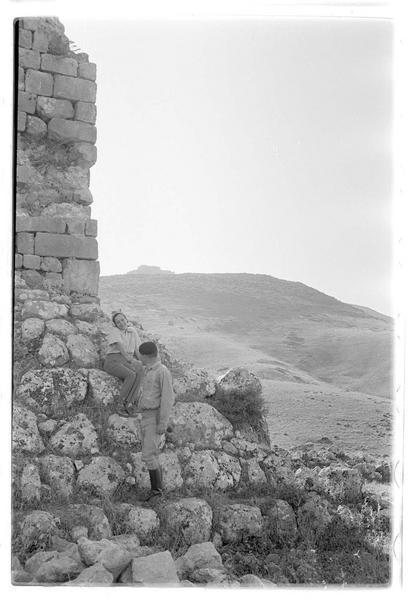 Détail du glacis entourant la tour de Burj Dayr Al-Shummayli