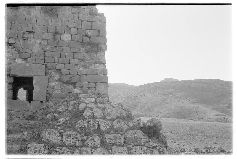 La tour de Burj Dayr Al-Shummayli ; Château d'Abu Qobeis au second plan