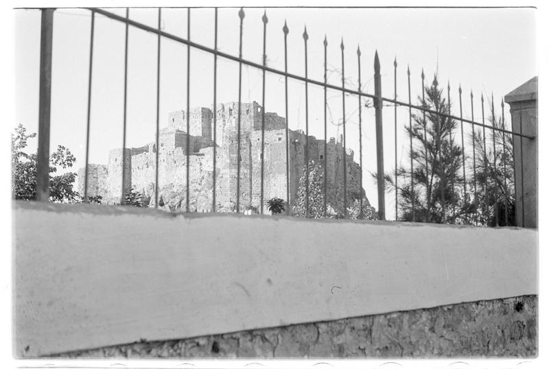 Vue du château derrière une grille