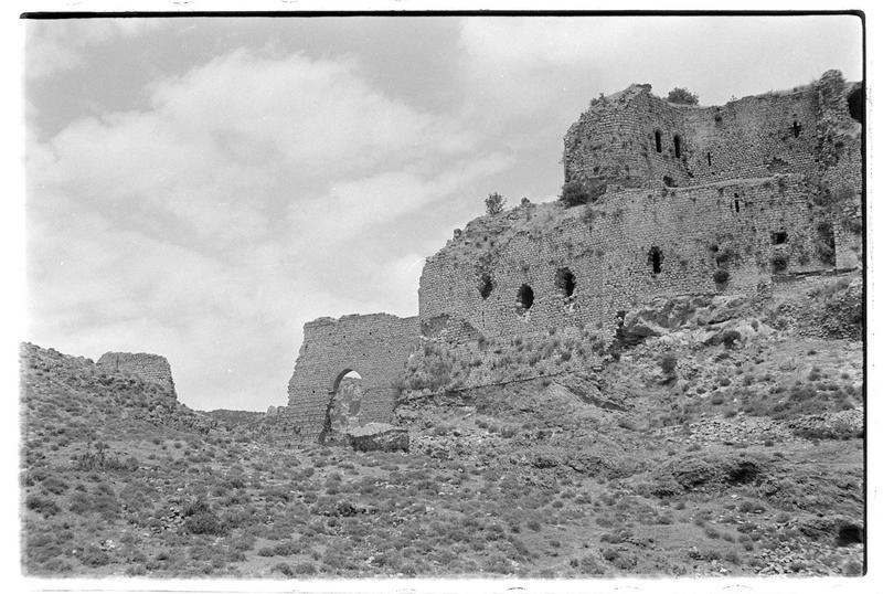 Vue en contre-plongée des vestiges de l'aqueduc et du front sud
