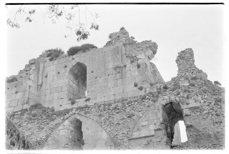 Grande salle voutée en ruine près de l'enceinte urbaine