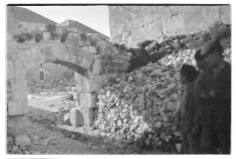 Porte et personnages au pied de la tour maîtresse