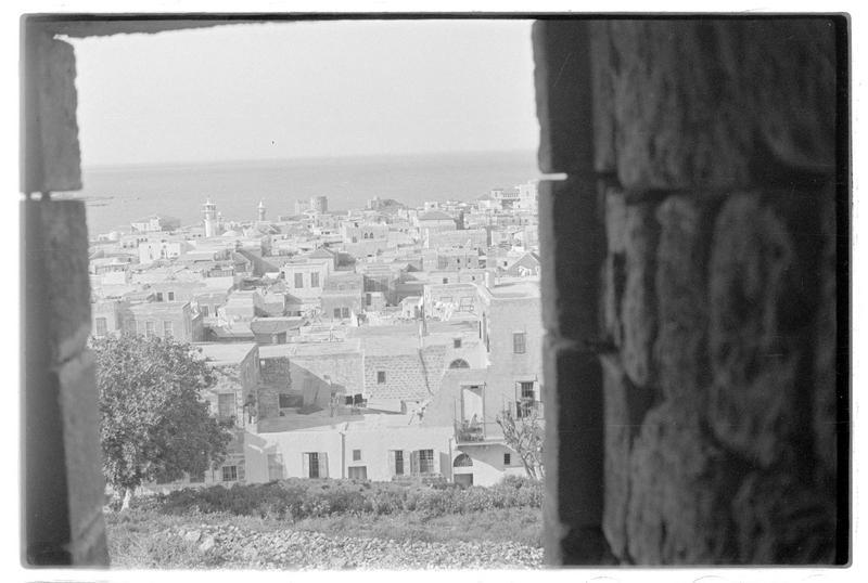 La ville et, au second plan, le château de la mer depuis une baie du château de terre