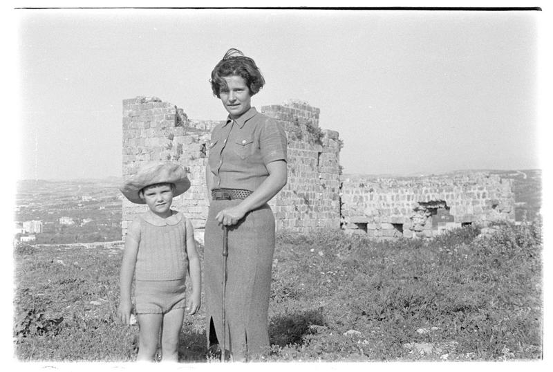 Femme et enfant à l'intérieur du château