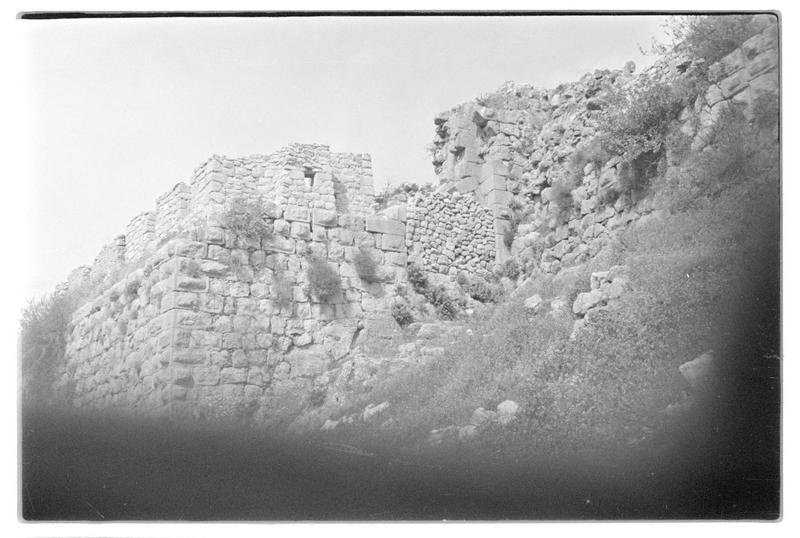 Détail de la partie basse d'une tour carrée du front sud