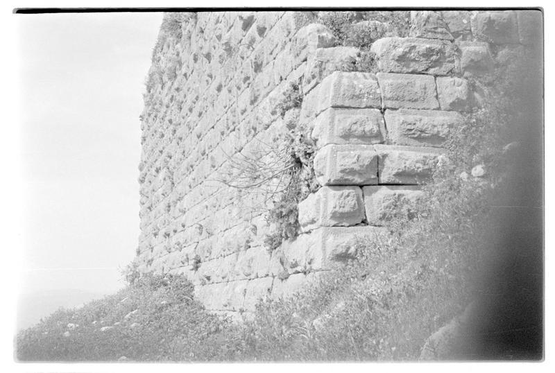Détail de la partie basse d'une tour de l'enceinte ou du château haut