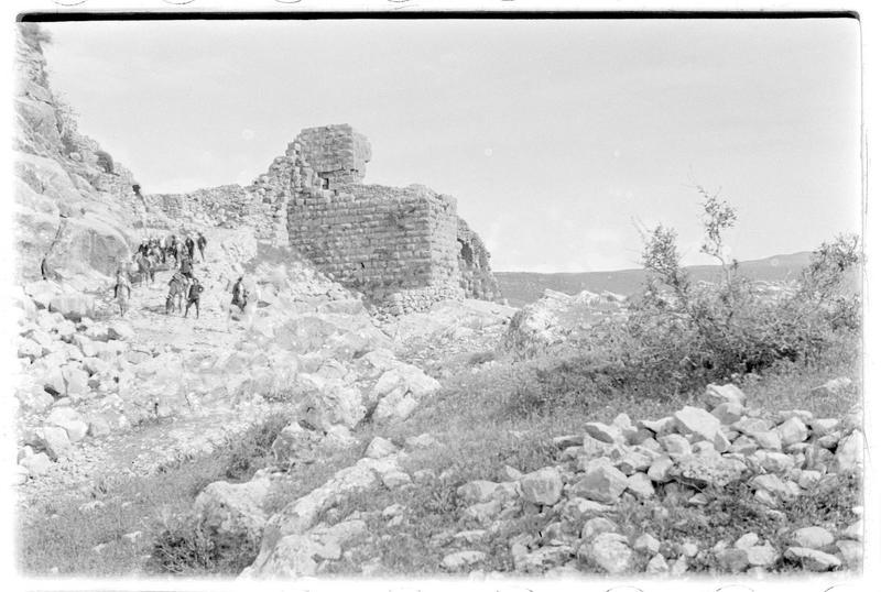 Personnages à pied et à cheval descendant du château par le front ouest