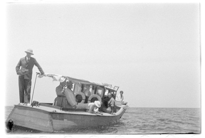 Personnages, dont Paul Deschamps et le Père Antoine Poidebard, sur une embarcation légère