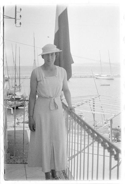 Portrait d'une jeune femme (peut-être Mme Deschamps) sur un balcon surplombant la mer