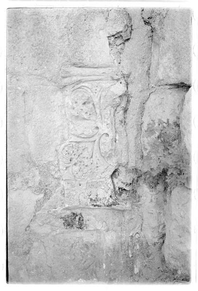 Décor floral sculpté dans une pierre