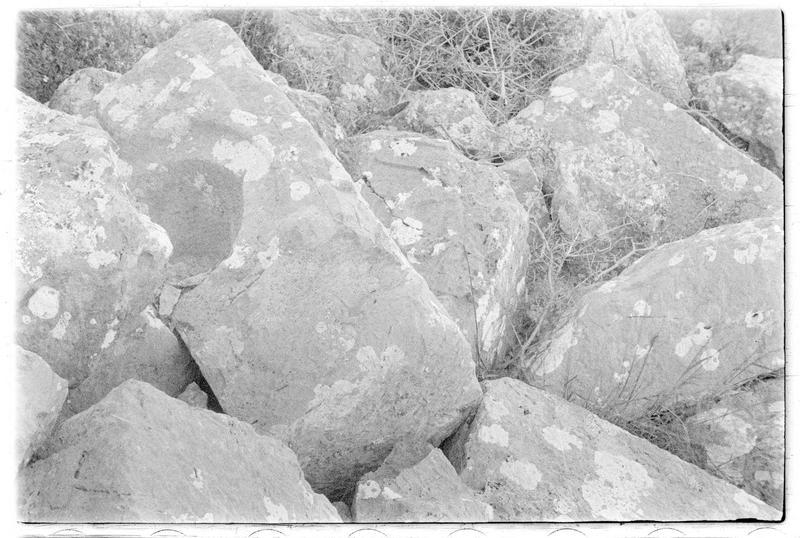Détail de pierres amoncelées sur le sol