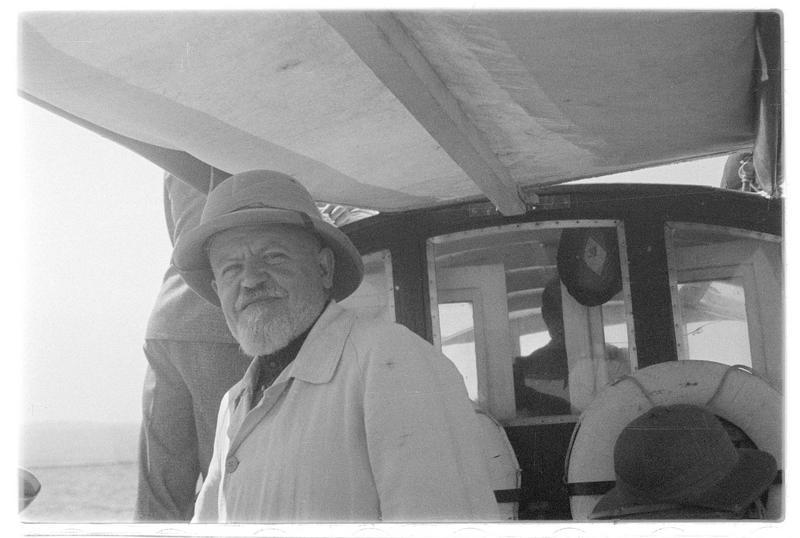 Le Père Antoine Poidebard à bord d'une embarcation légère