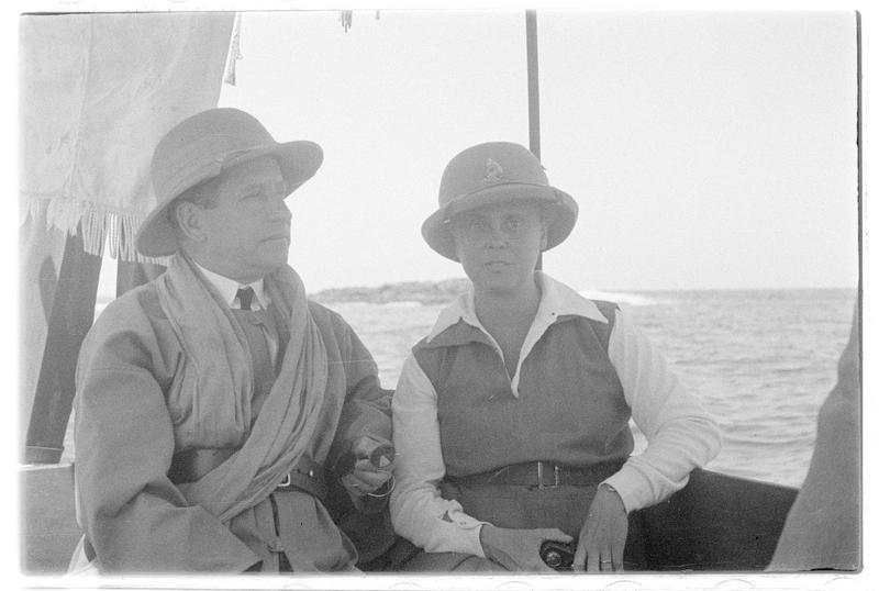 Un homme et une femme assis à bord d'une embarcation légère