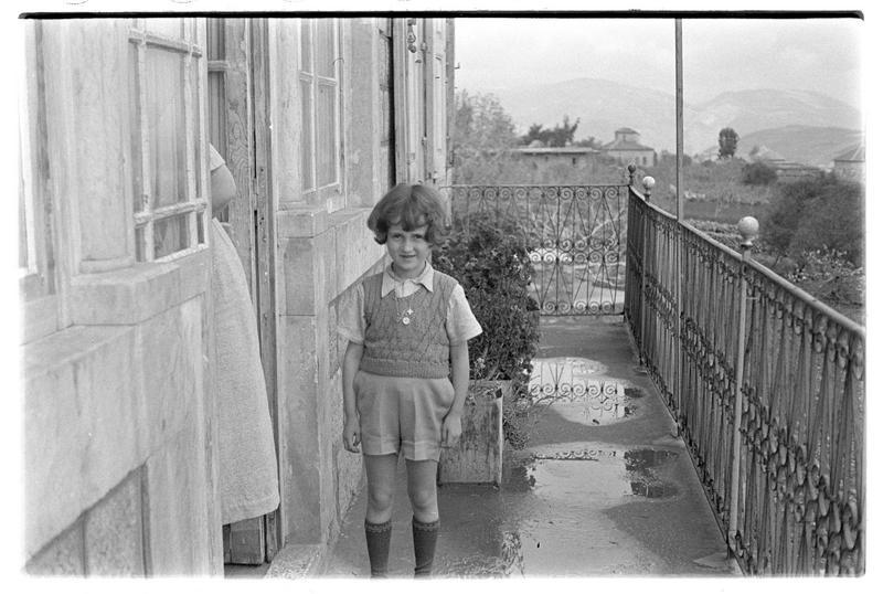Un fille de Paul Deschamps sur le balcon d'une maison orientale