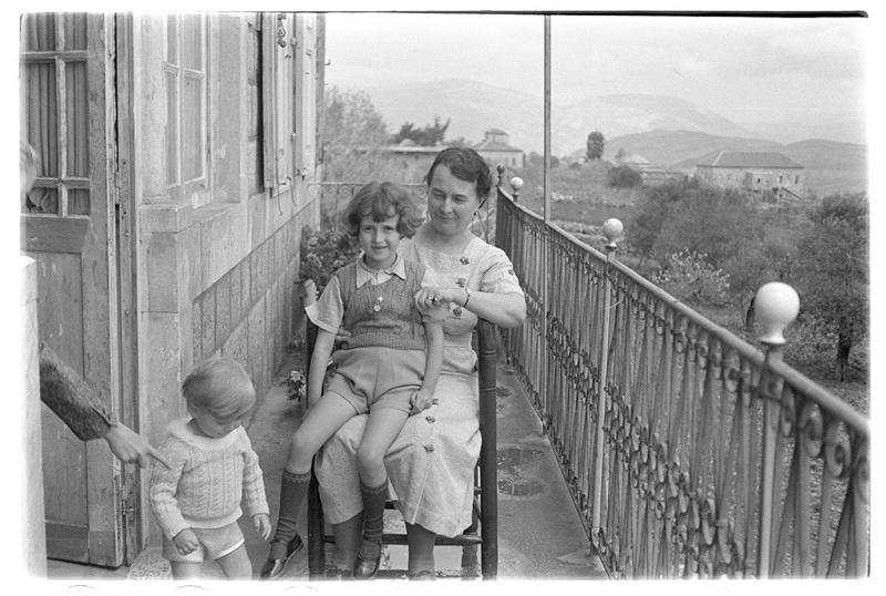 Une femme et deux enfants (famille de Paul Deschamps) sur le balcon d'une maison orientale