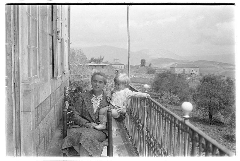 Une femme et un enfant (famille de Paul Deschamps) sur le balcon d'une maison orientale