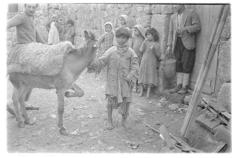 Enfants et ânon dans les rue de Banias (supposé)