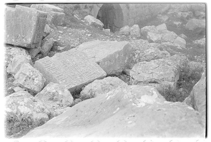 Fragments d'inscriptions arabes et moellons au sol, à Subeibe