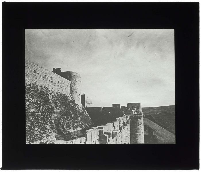 Front ouest: vue des deux enceintes vers le sud