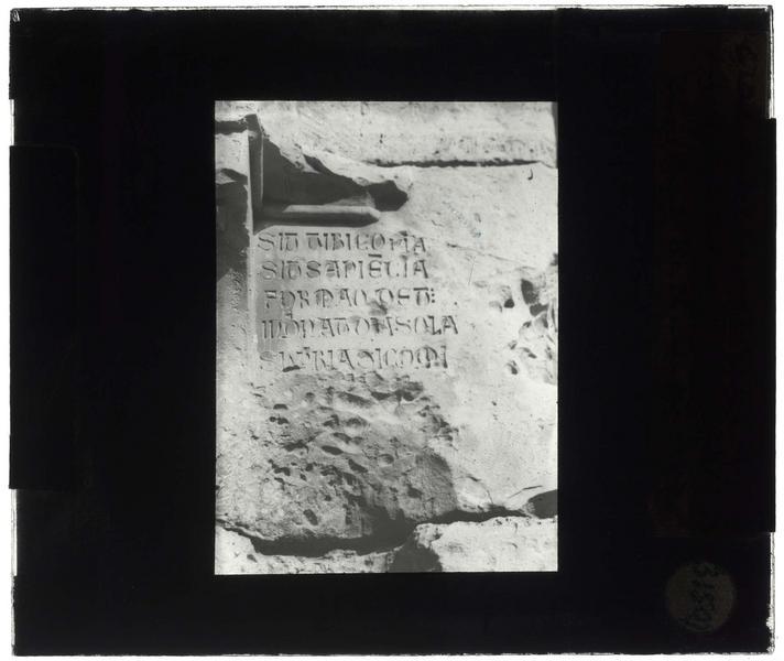 «Sit tibi copia...»: inscription gravée dans la galerie gothique