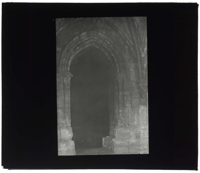 Intérieur de la galerie gothique: porte d'entrée dans la grand'salle