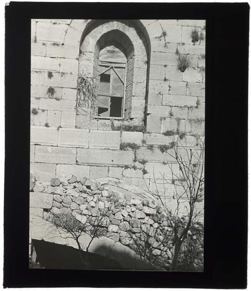 Fenêtre ouest de la chapelle; au bas de l'image, sommet du portail condamné par l'adjonction d'un escalier